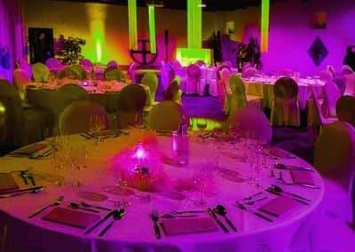 Festsaal mit Farbenspiel grün und pink