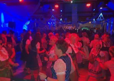 Alles tanzt zum Oktoberfest